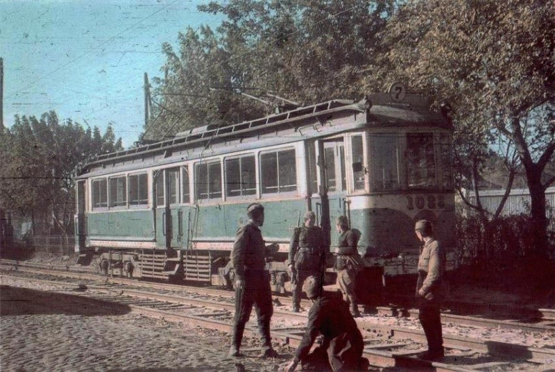 Советские пленные ремонтируют трамвайные пути в оккупированном Киеве