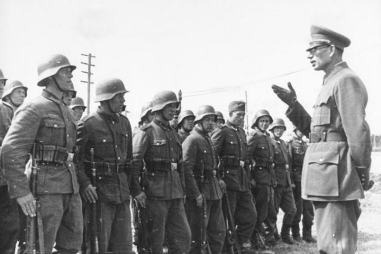 General Wlassow mit Soldaten der ROA