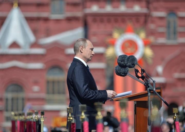Владимир Путин: Нужно скорее переходить к серийному выпуску показанных на параде вооружений