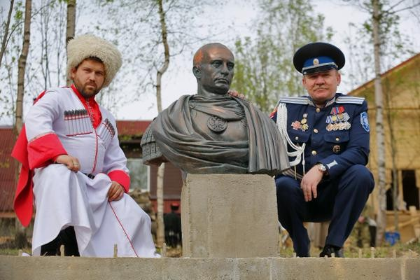 Под Петербургом казаки открыли памятник Путину