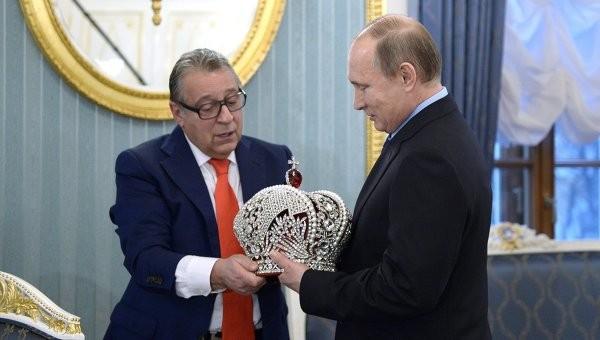 Путин наградил Хазанова орденом и подарил ему поварскую книгу
