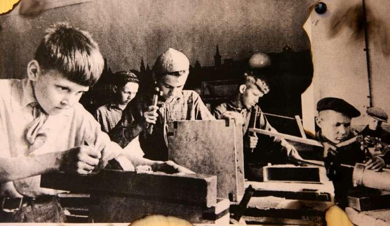 ...А дома пионеров в годы войны работали и даже открывались