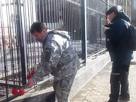 Полковник ВСУ принес цветы к посольству России в Киеве, почтив память погибших россиян