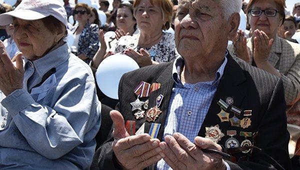 Крымские татары в Симферополе выложили из свечей контуры России