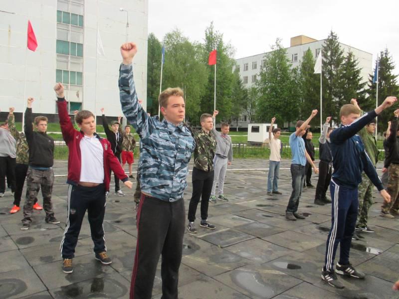 Московские школьники проходят военные сборы