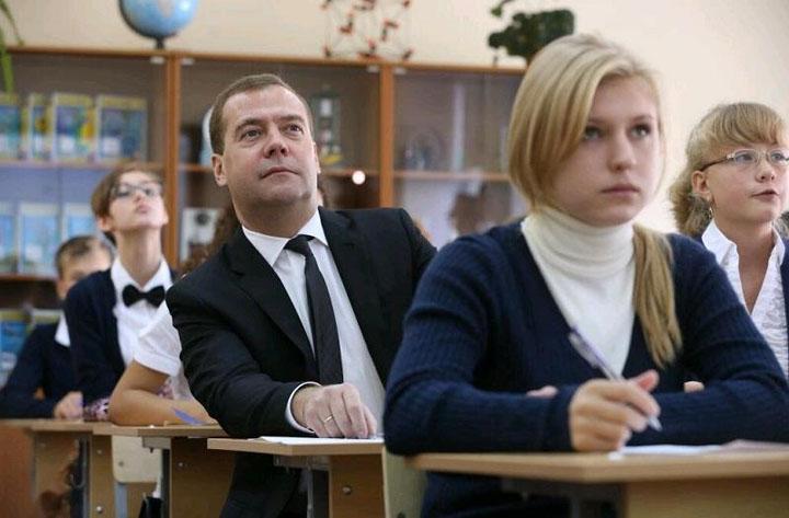 Медведев: Правительство готово скорректировать зарплату учителей с учётом их пожеланий