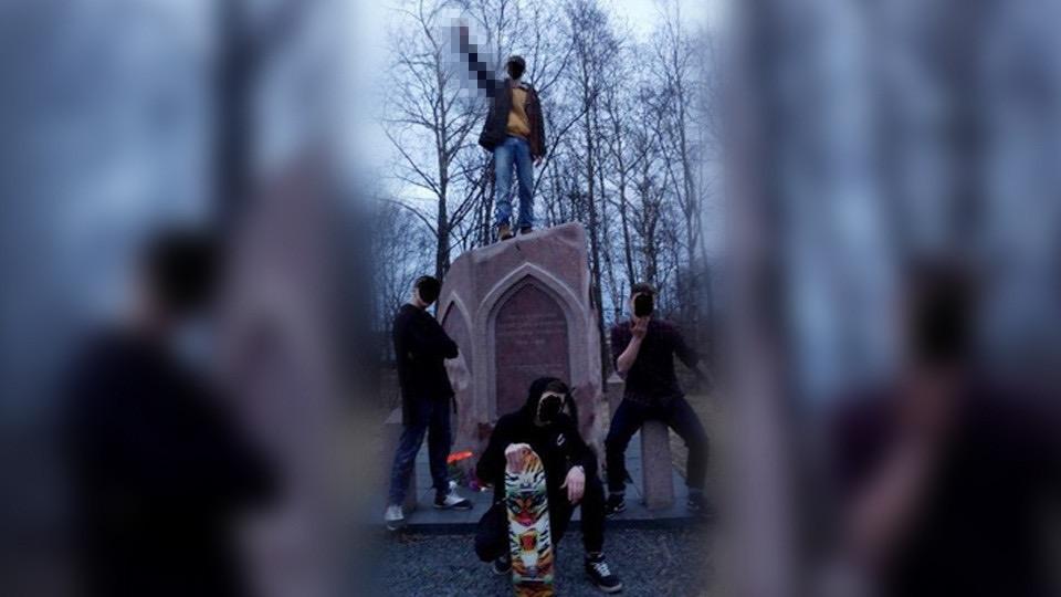 В Карелии оштрафовали на 100 рублей родителей подростков, зигующих на памятнике ВОВ