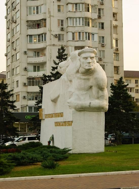 В Новороссийске открыли мемориальную доску малоземельцу-фронтовику и скульптору Николаю Божененко