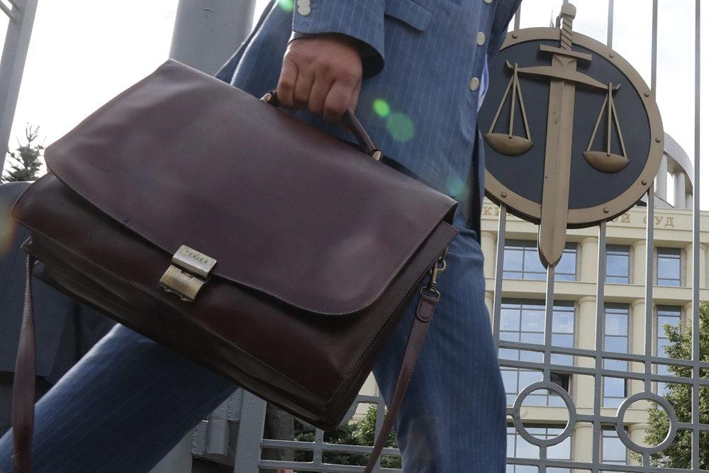 Теперь запрещено прятать в портфеле существенную информацию из открытых судебных решений. Фото: EPA