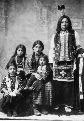 Семья индейцев в резервации в штате Айдахо