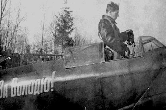 Василий Сталин в кабине Як-9 с надписью «За Володю!» (погибшего Владимира Микояна), 1940-е годы. Фото: Public Domain