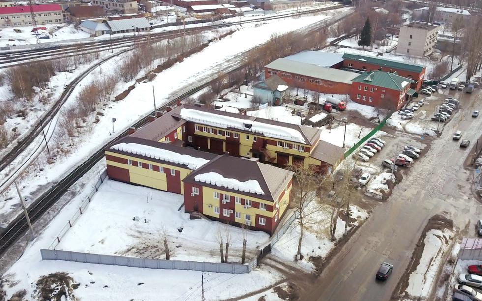 Дома, где купила квартиры Сирик — желто-коричневый и красный. Фото: © L!FE