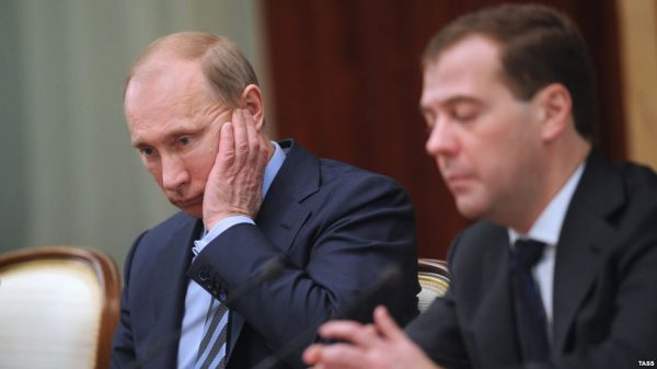 Путин - против, Медведев - за: Что будет если приватизируют Сбер и ВТБ