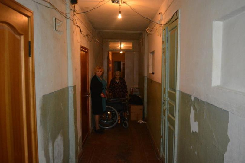 Тамара и Раиса Ивановна в коридоре барака. Фото: Иван Жилин / «Новая газета»