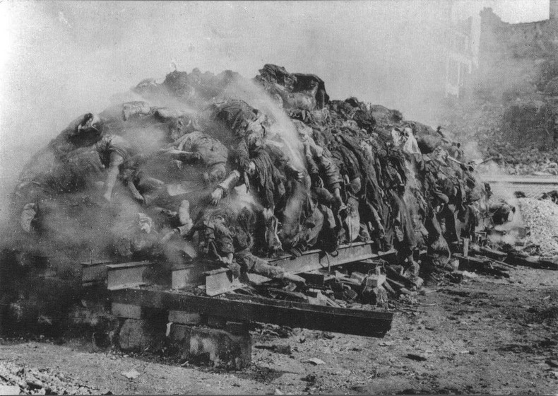Подпись к изображению: Последствия бомбардировки Дрездена, Германия, 1945 год.