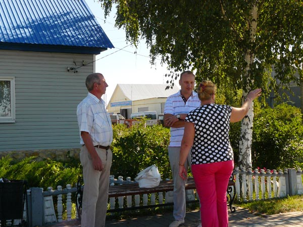 Анатолий Попов беседует с жителями села