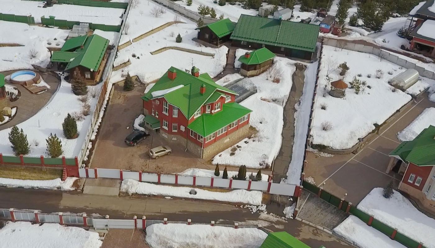<p>Особняк в поселке &quote;Зеленый камень. (Дом губернатора — с белым забором)</p>