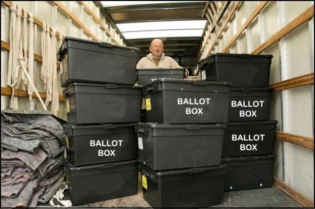 Плевок в лицо демократии: в США изъяли урны с десятками тысяч голосов за Хилари Клинтон