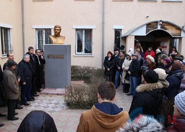 бюст, Иосиф Сталин, Луганск Фото: maxpark.com