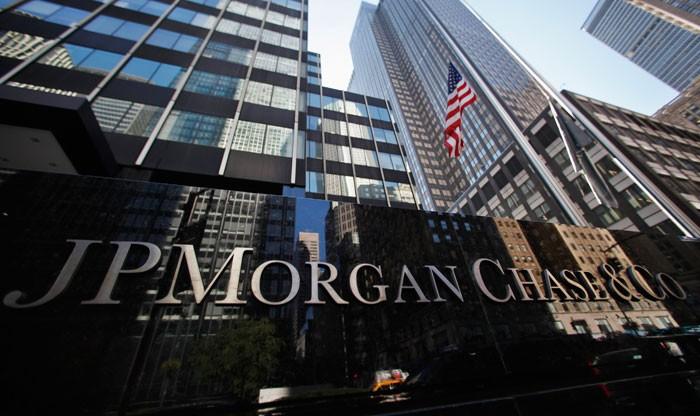 Логотип на здании штаб-квартиры JP Morgan Chase & Co в Нью-Йорке
