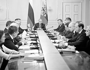 Владимир Путин напомнил министрам, что у России есть опыт решения экономических трудностей исключительно собственными средствами