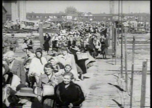 """Не прошедшие расовую проверку """"унтерменши"""" подлежали насильственному переселению в восточные област генерал-губернаторства. Кадр из фильма BBC """"Нацизм - предупреждение истории"""""""