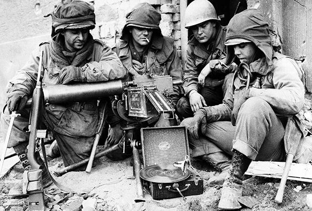Американские солдаты слушают граммофон (Кобленц, 23 марта 1945 года)