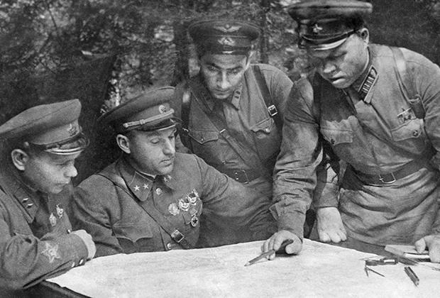 Члены Военного Совета Западного фронта (слева направо) - дивизионный комиссар Д..А.Лестев, генерал-майор К.К.Рокоссовский, батальонный комиссар Гуревич и полковник М.С.Малинин обсуждают план предстоящей операции, август 1941 года