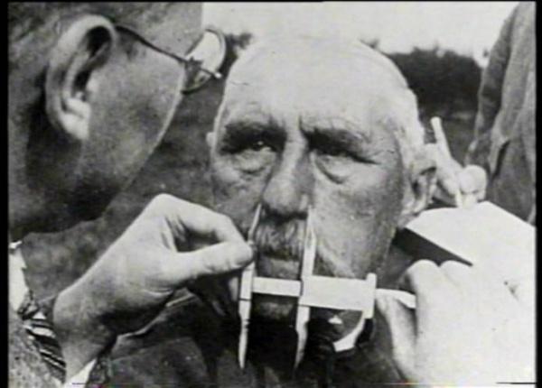"""Польша, 1939-1940 гг. Проверка форм черепа на предмет возможности последующей """"германизации"""". Кадр из фильма BBC """"Нацизм - предупреждение истории"""""""