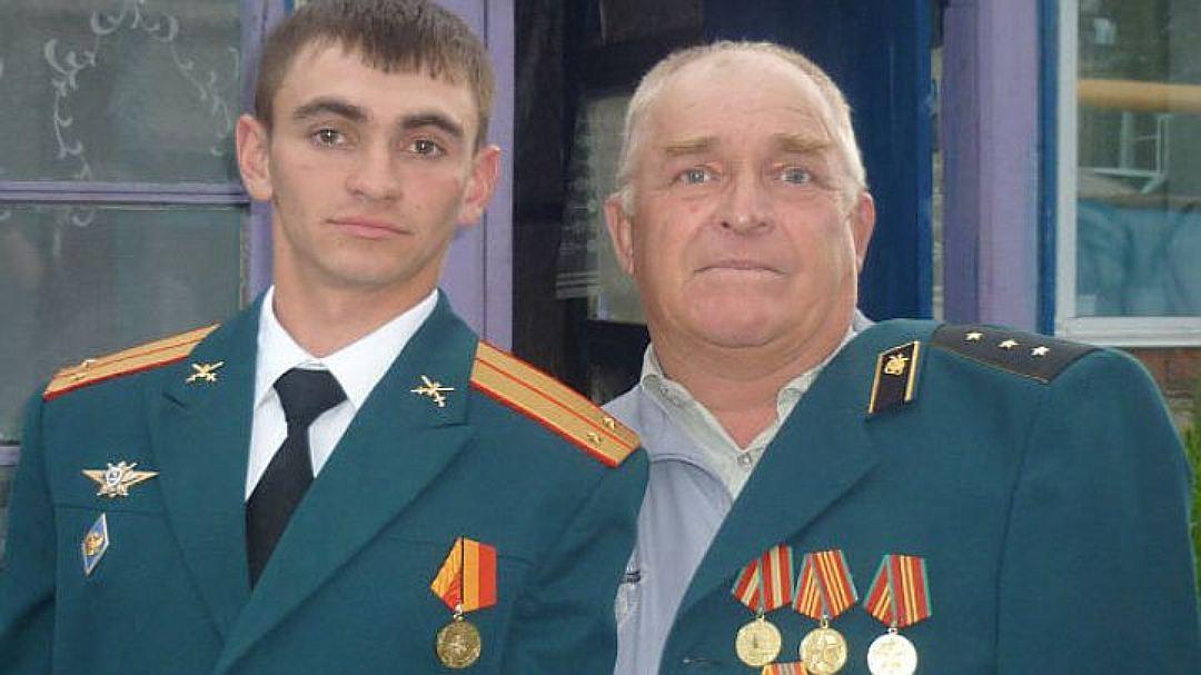 В семье Александра было много военных, на фото он с одним из дальних родственников. Фото: Личная страничка героя публикации в соцсети